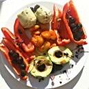 veganes Rezept: veganes Antipasti mit Avocado, Oliven, Paprika, Artischocken, Kresse und Bohnen in Tomatensoße