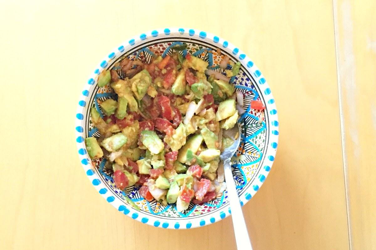 Guacamole mit Avocados, Tomaten, Schalotten, Kreuzkümmel, Zitronensaft, Olivenöl und Kräutern