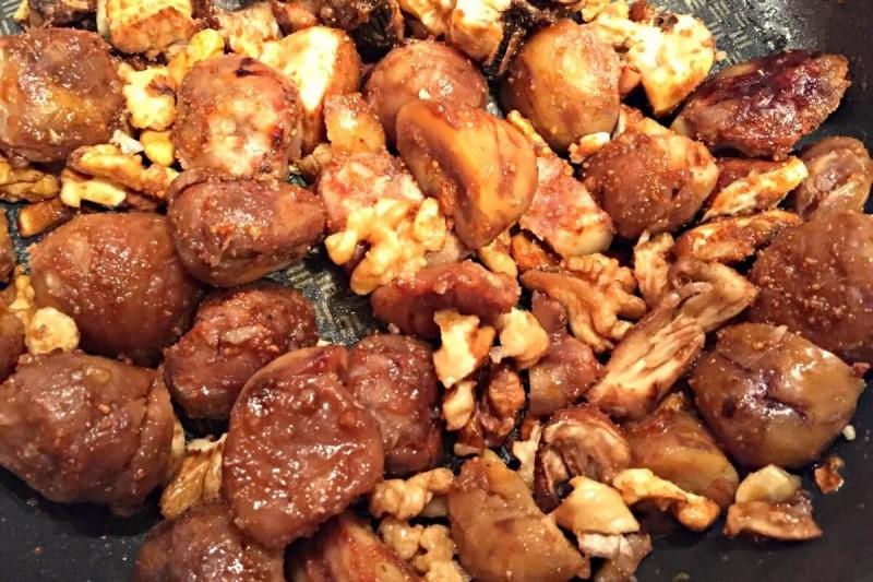 Feldsalat mit Granatapfel und karamellisierten Kastanien, Walnüssen und Pilzen Rezept