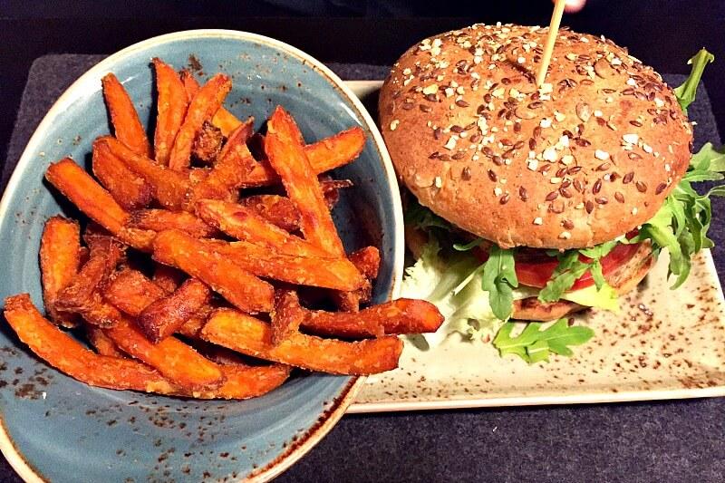 Vegan Essen München Hans im Glück Süßkartoffelpommes und Burger