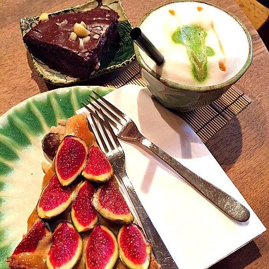 Vegan Essen München Tushika Teehaus Matcha Latte mit Kuchen