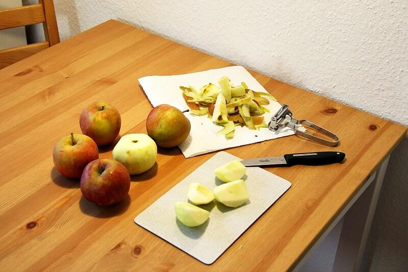 Veganer Apfelkuchen Aepfel schneiden