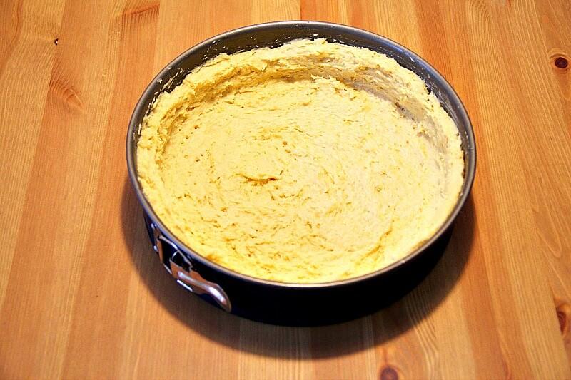 Veganer Apfelkuchen Teig in die Form bringen