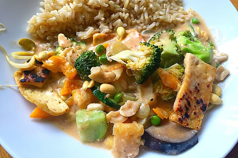 Rotes Thai Curry vegan mit Kokosmilch und Reis