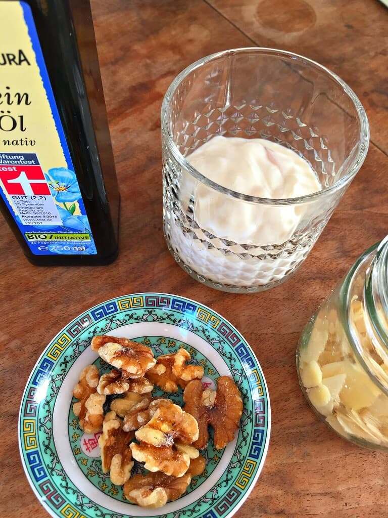 Sojajoghurt mit Apfel und Walnuss veganes Frühstück zuckerfrei